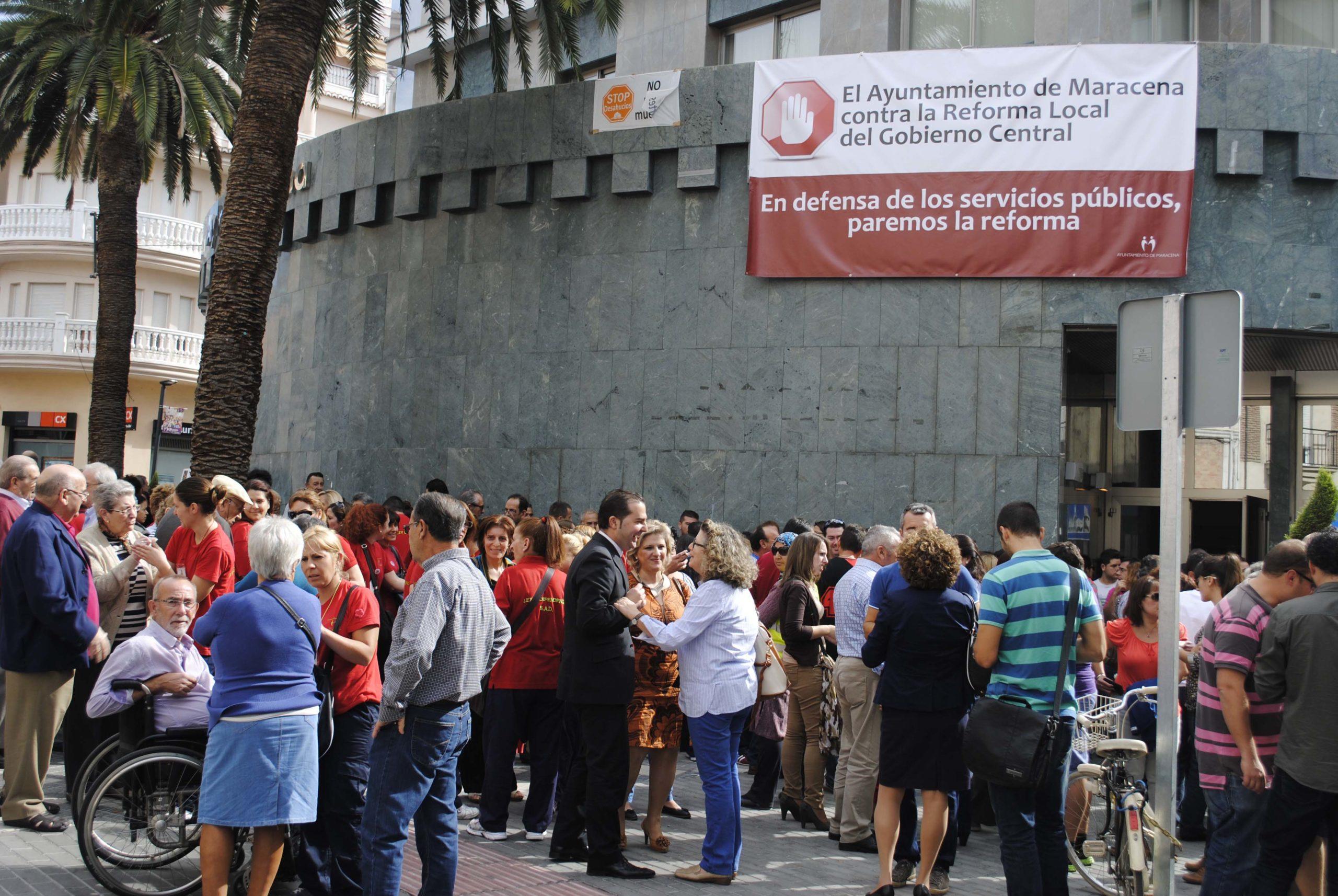 Noel López junto a trabajadores y ciudadanos en la concrentración de Maracena