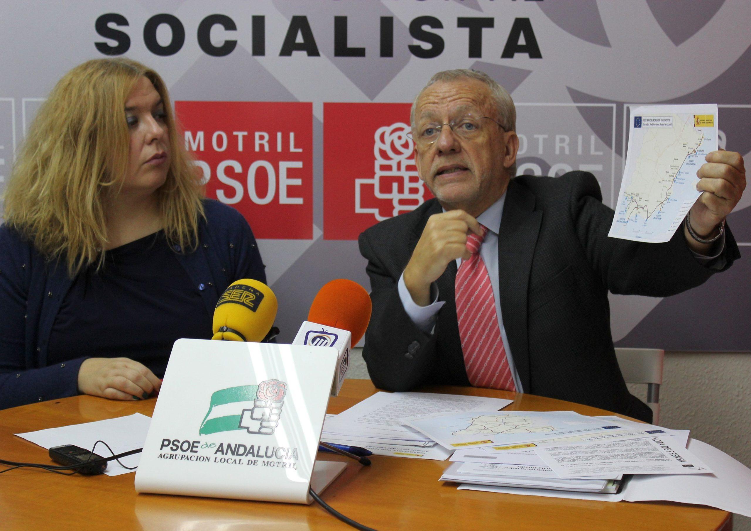 El diputado del PSOE Manuel Pezzi muestra el mapa con el trazado del Corredroo ferroviario del Mediterráneo junto a la secretaria general del PSOE de Motril Flor Almón