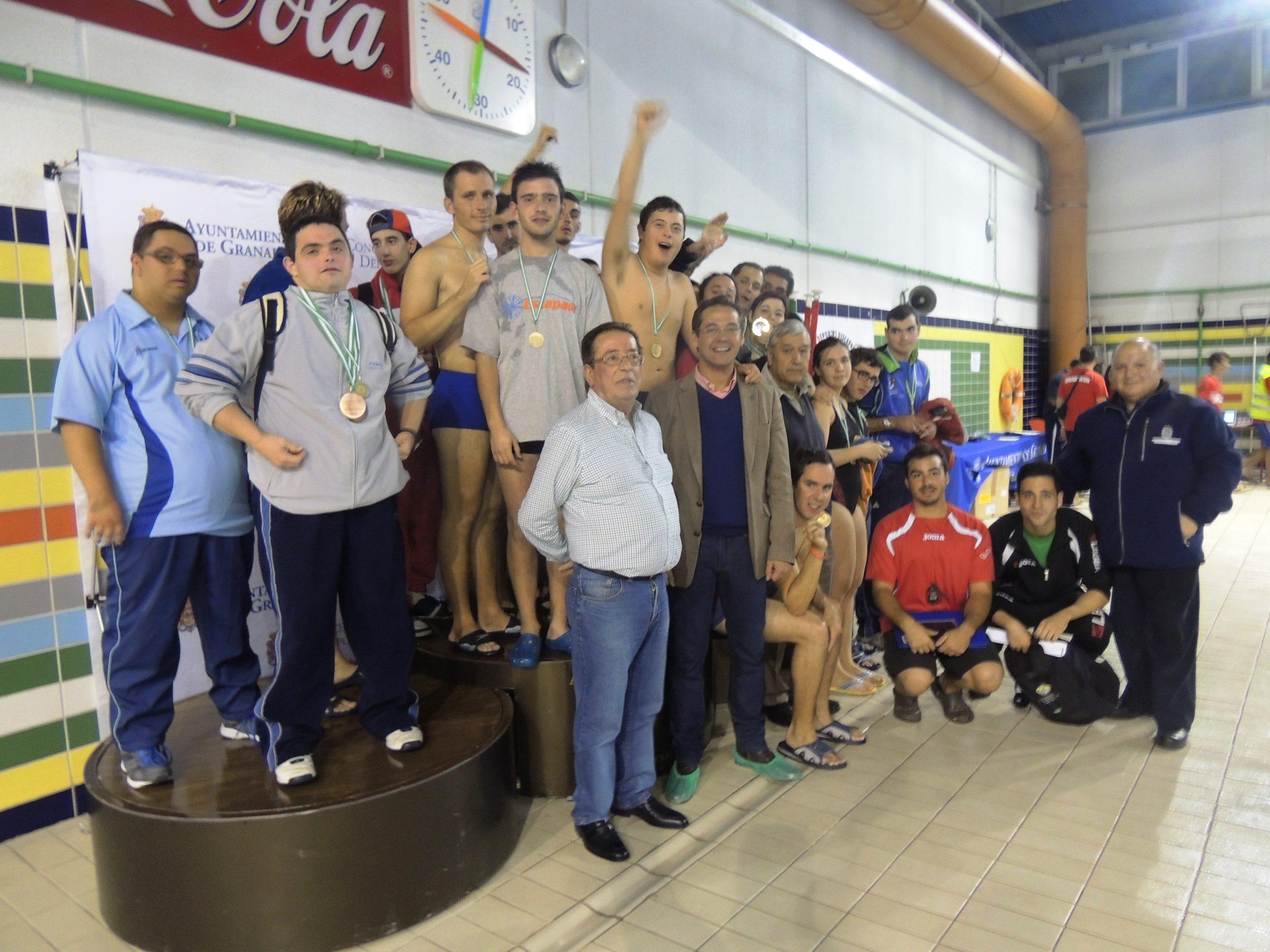 Granados, con los nadadores de los equipos granadinos participantes.