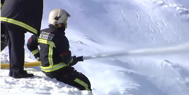 Desalojado un hotel en Sierra Nevada por un espectacular incendio