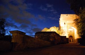Puerta_de_la_Justicia_de_noche,_en_la_Alhambra_de_Granada