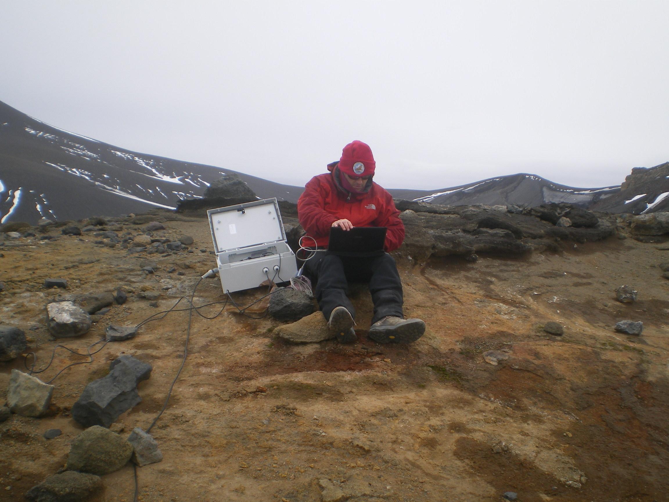 Investigadores desplegando el sistema multiparamétrico de vigilancia volcánica en la isla Decepción 2