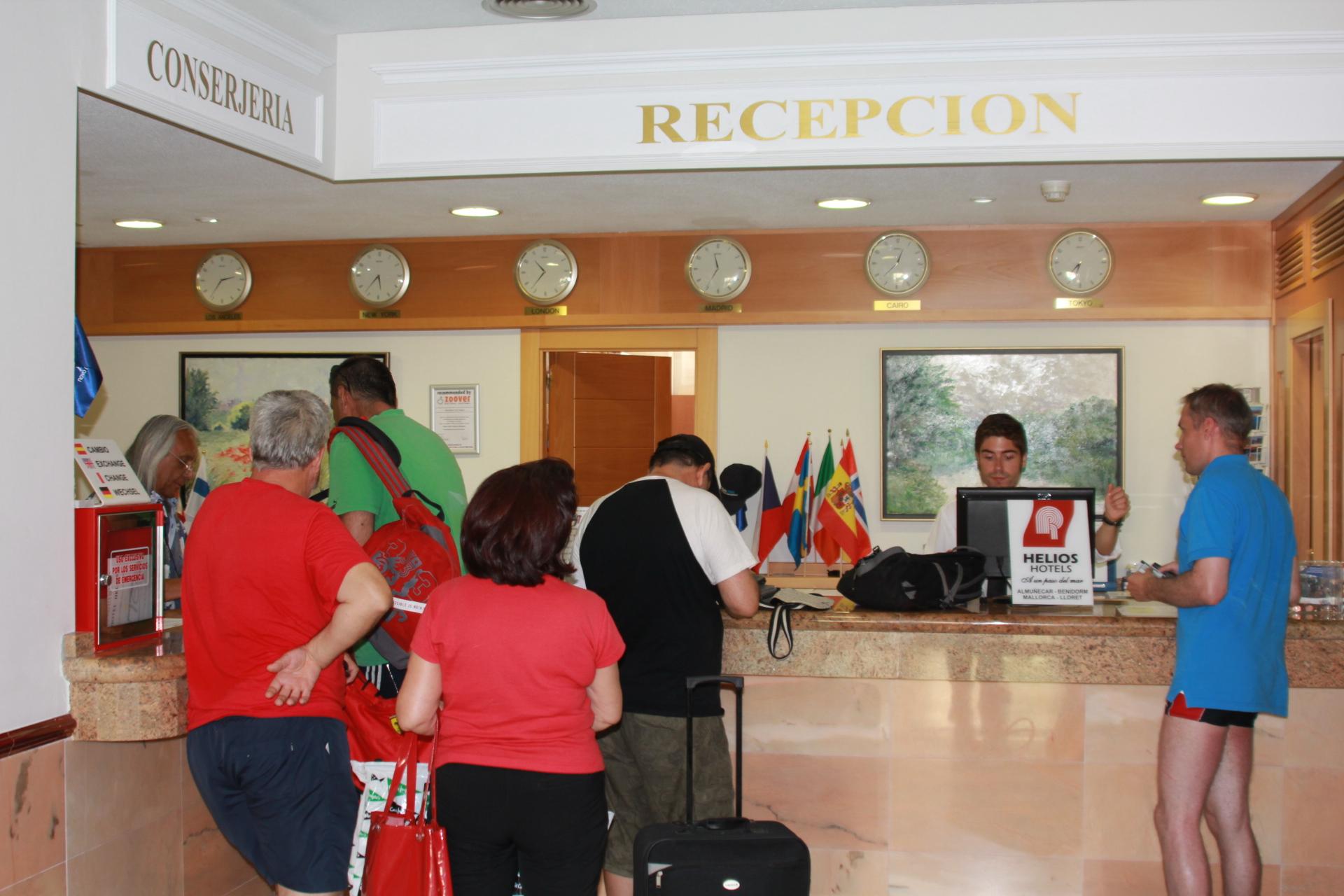 TURISTAS RECEPCION HOTEL HELIOS 14