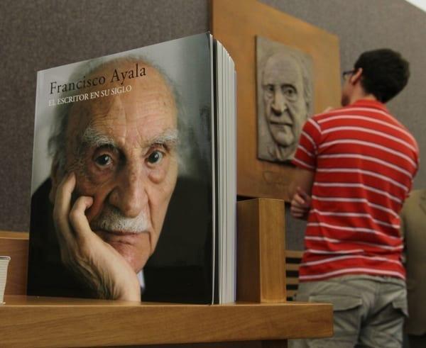 escultura-dedicada-a-Francisco-Ayala