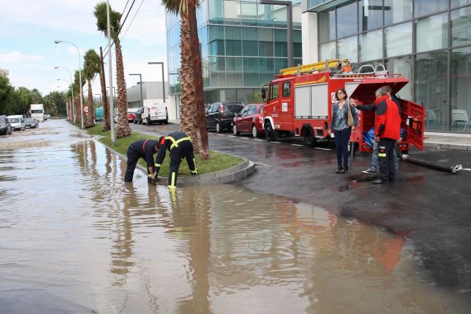 Bomberos levantan las arquetas frente al edificio del Centro de Desarrollo Turístico  tras las inundaciones lluvias