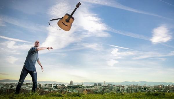 Angel-Robledillo-lanzando-guitarra