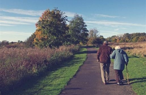 camino-ancianos-pareja-alzheimer