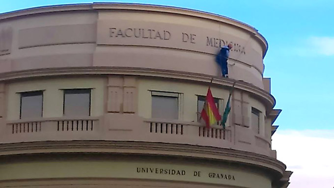 Retirada-Letrero-Facultad-de-Medicina-AdelaMoreno