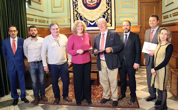 La alcaldesa de Motril, Flor Almón, y el presidente de Andalucia Smart City, Mariano Barroso (centro) tras la firma del convenio