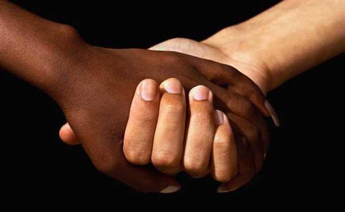 discriminacion-razas-negro-blanco-manos