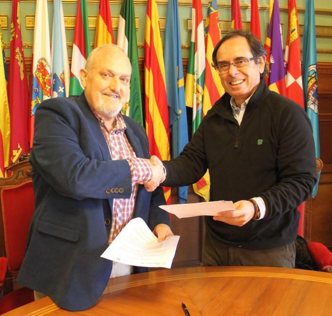 José Manuel Estévez (izq) y Julio Rodríguez tras la firma del convenio