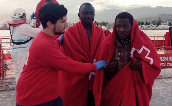 patera-inmigrantes-cruz-roja-rescate