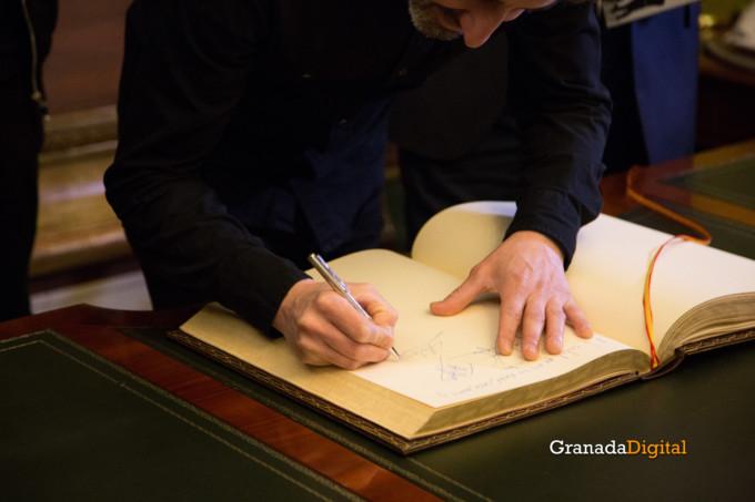 091 Firma libro honor ayuntamineto de Granada-11