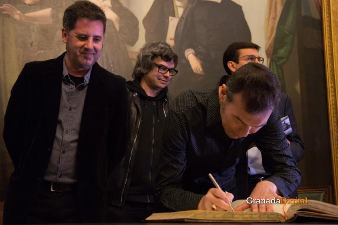 091 Firma libro honor ayuntamineto de Granada-12