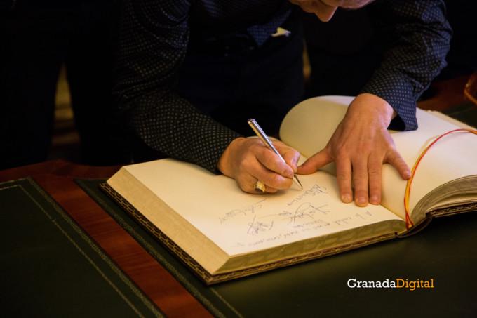 091 Firma libro honor ayuntamineto de Granada-13
