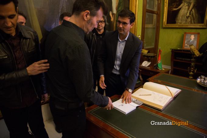 091 Firma libro honor ayuntamineto de Granada-16