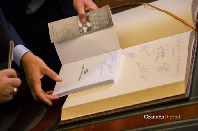 091 Firma libro honor ayuntamineto de Granada-18
