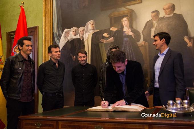 091 Firma libro honor ayuntamineto de Granada-6