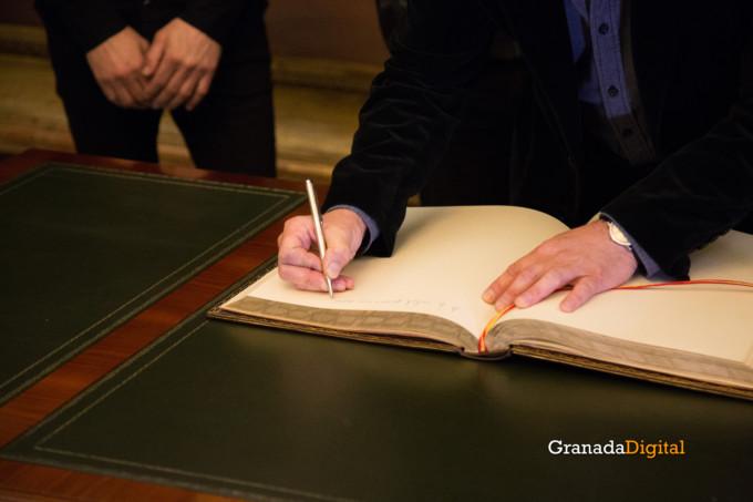 091 Firma libro honor ayuntamineto de Granada-7