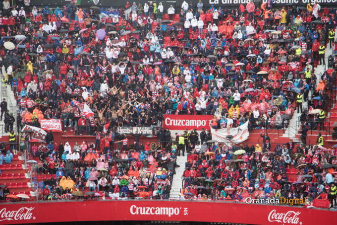 Permancia Granada CF Sevilla Afición salida buses-12