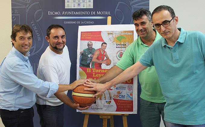 Miguel Ángel Muñoz y representantes del CB Costa Tropical en la presentación II Torneo Leyendas del Baloncesto
