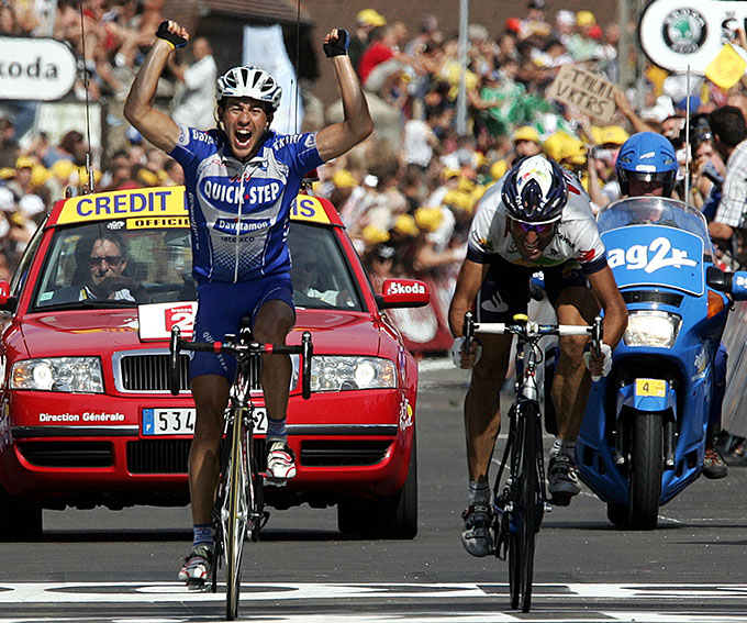 Spaniard Juan Miguel Mercado (Quick Step/Bel) celebrates as he crosses the finish line and wins the 18th stage of the 91st Tour de France cycling race between Annemasse and Lons-le-Saunier in front of Spaniard Vicente Garcia Acosta (Illes Balears/Spa), 23 July 2004. AFP PHOTO PATRICK KOVARIK
