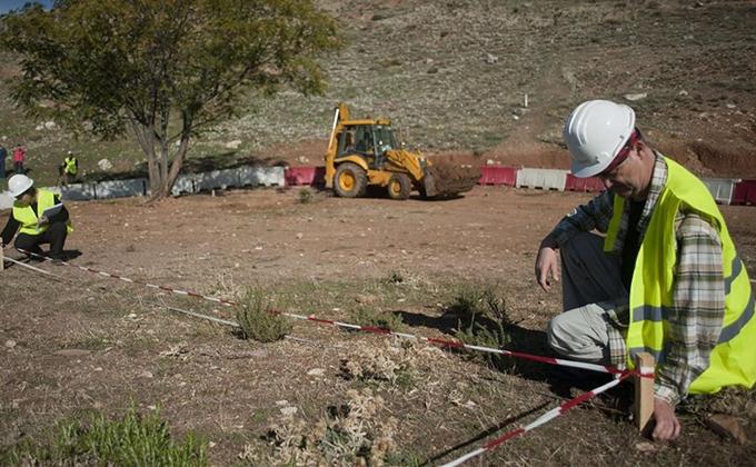 tecnicos-inspeccionando-terreno-donde-supone-podria-estar-fosa-garcia-lorca-noviembre-2013