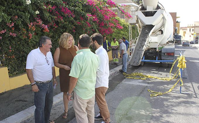 La alcaldesa de Motril, Flor Almón, junto con el teniente de alcalde de Obras Públicas, Antonio Escámez, visitando las obras de la calle Manuel Peña Alta