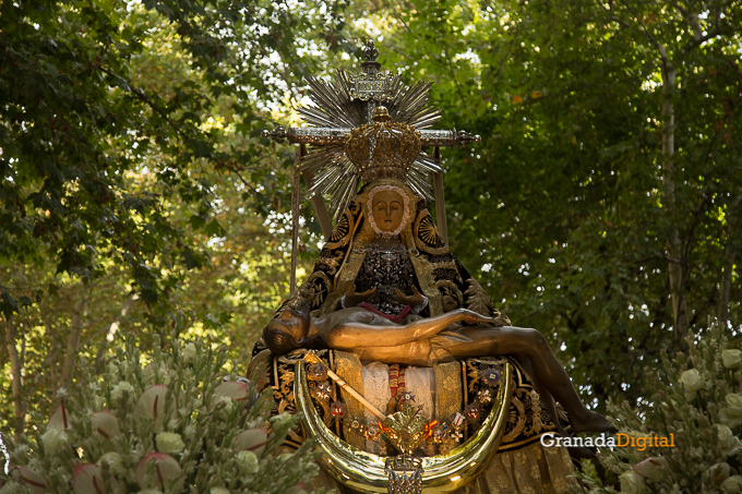 El traslado de la Virgen de las Angustias despierta a Granada