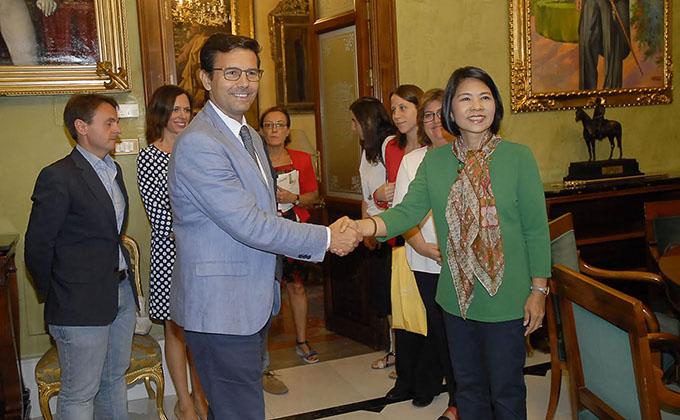 alcalde-embajadora-tailandia