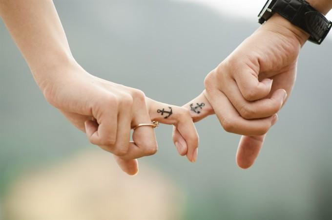 pareja-tatuajes-amor-manos