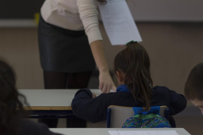 menor-chica-alumna-clase-menores