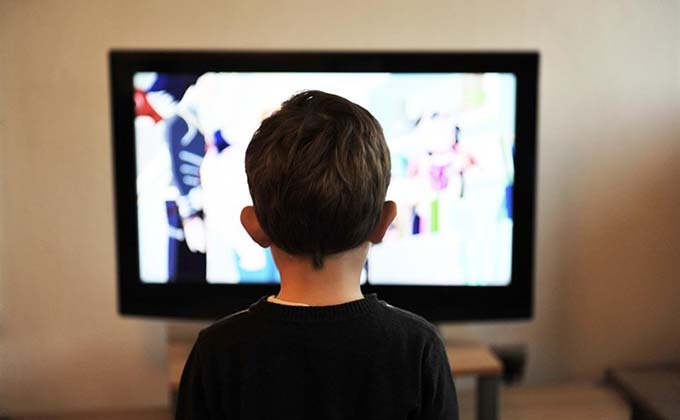 nino-television-videojuegos-casa