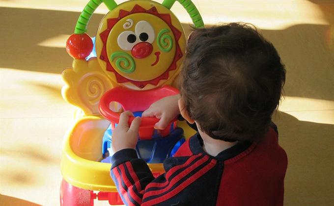 jugar-juguetes-diversion-infancia-nino