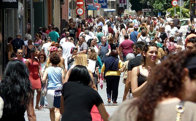 sociedad-gente-calle-paseo-inmigracion-emigrantes-turista