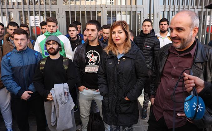 Carmen Lizárraga y Jesús de Manuel con estudiantes FP