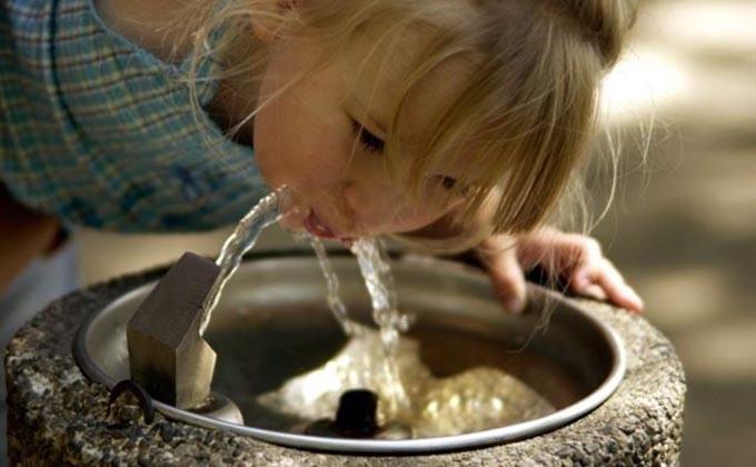niña-fuente-agua-sed