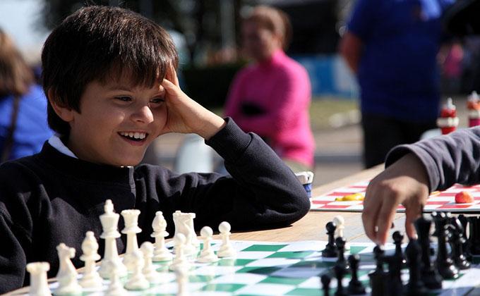 Niños_jugando_al_ajedrez2