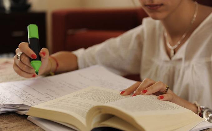Chicos-estudiando_