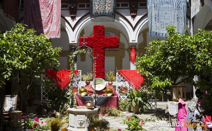 Las cruces se hacen con Granada para festejar la festividad   Foto: Asun Rodríguez