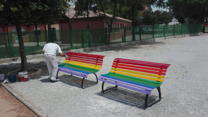 bancos-bandera-orgullo-gay-vegas-genil