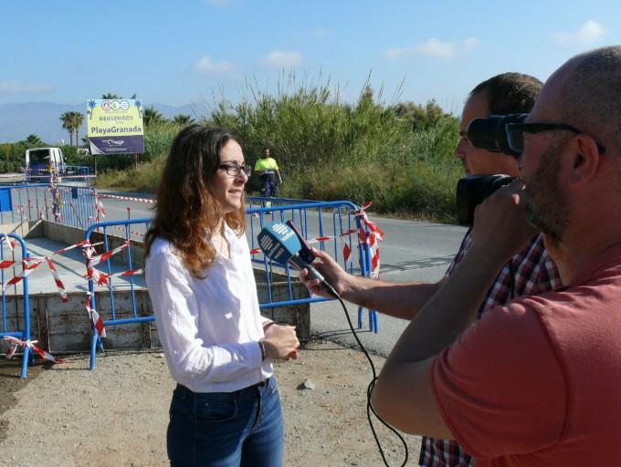La edil de Mantenimiento, Gloria Chica, atiende a los medios de comunicación junto a la nueva parada en Playa Granada