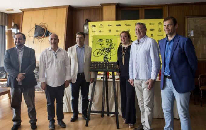 Momento de la presentación del cartel del Ultra TRi Spain 2017 en Motril
