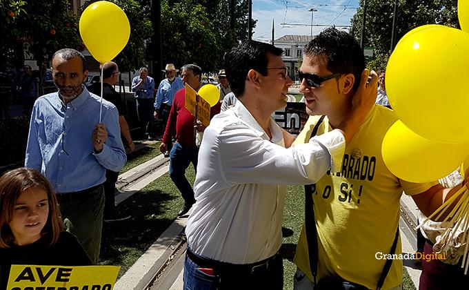 Paco Cuenca en la manifestacion ave ferrocarril marea amarilla