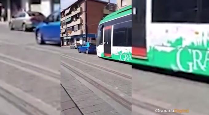 coche-obstaculiza-paso-metro-maracena