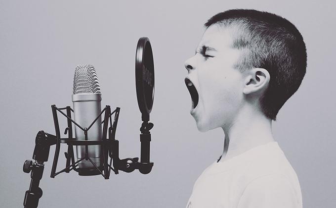 microfono niño canta