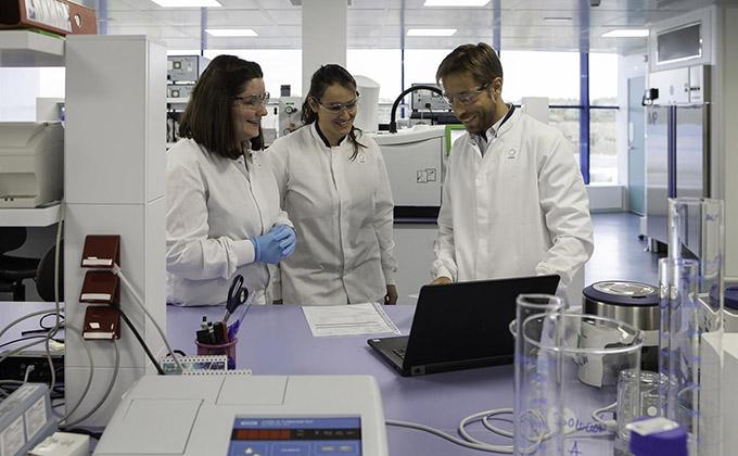jovenes-estudiantes-cientificos