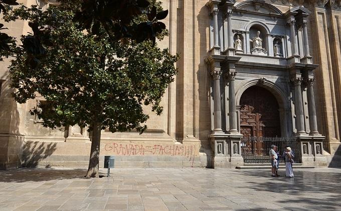 pintada fachada de la iglesia Sagrario-Catedral