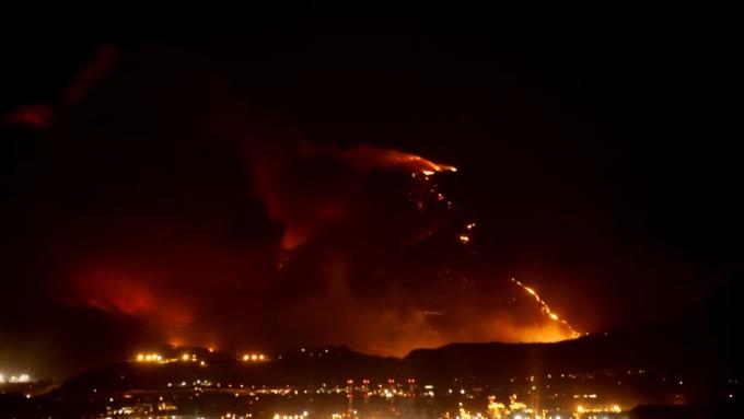 933521792-agarrarse-fuego-de-bosque-calor-quemar