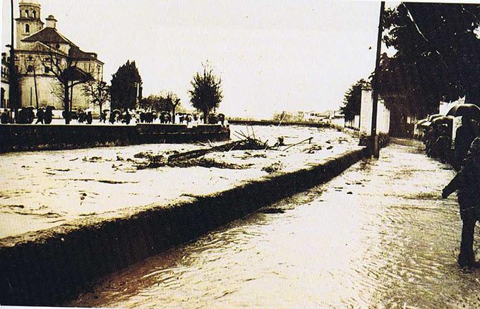 La crecida del Genil arranca el puente pasarela de las Brujas el 16 de Febrero de 1963